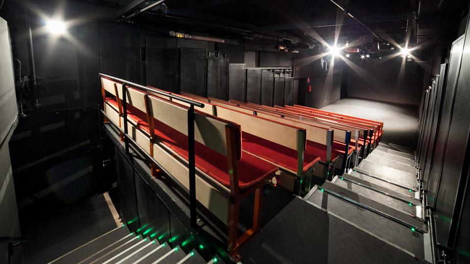 fotografía de espacio de la tribuna de un teatro